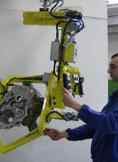 Vyššia manévrovateľnosť, v kombinácii s väčšou presnosťou umiestnenia súčiastok vozidla a všeobecne zaťaženia, robia manipulátory INDEVA mimo ostatných zdvíhacích systémov. Veľmi nízka prítomnosť zotrvačných síl pri prvom oddelení zaťaženia vyžaduje menšie úsilie obsluhy, ktorá ho pohybuje na požadovanú rýchlosť. Týmto spôsobom systém INDEVA funguje ako rozšírenie ľudského ramena.