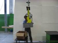Mover cajas de diferentes pesos y vaciarlas de forma totalmente ergonómica es posible gracias a los manipuladores industriales ofrecidos por INDEVA.