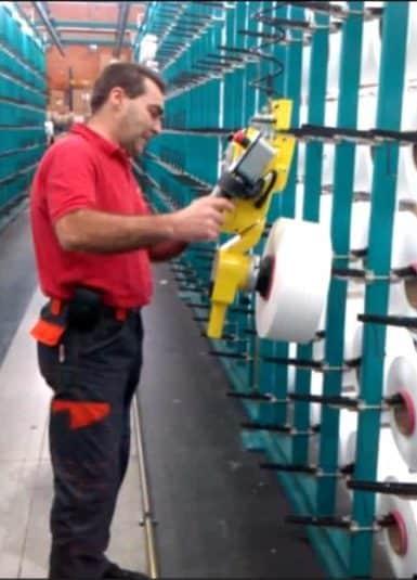Priemyselné manipulátory INDEVA najnovšej generácie na premiestňovanie kotúčov textilných vlákien pomocou nástroja vhodného na ich uchopenie. Veľká všestrannosť uchopovacích nástrojov umožňuje manipuláciu s nákladmi rôznych tvarov a veľkostí, vďaka ergonomickému a intuitívnemu ovládaniu, zdvíhacie systémy INDEVA, ktoré sú samovyvažujúce, umožňujú rýchle a zároveň presné pohyby.
