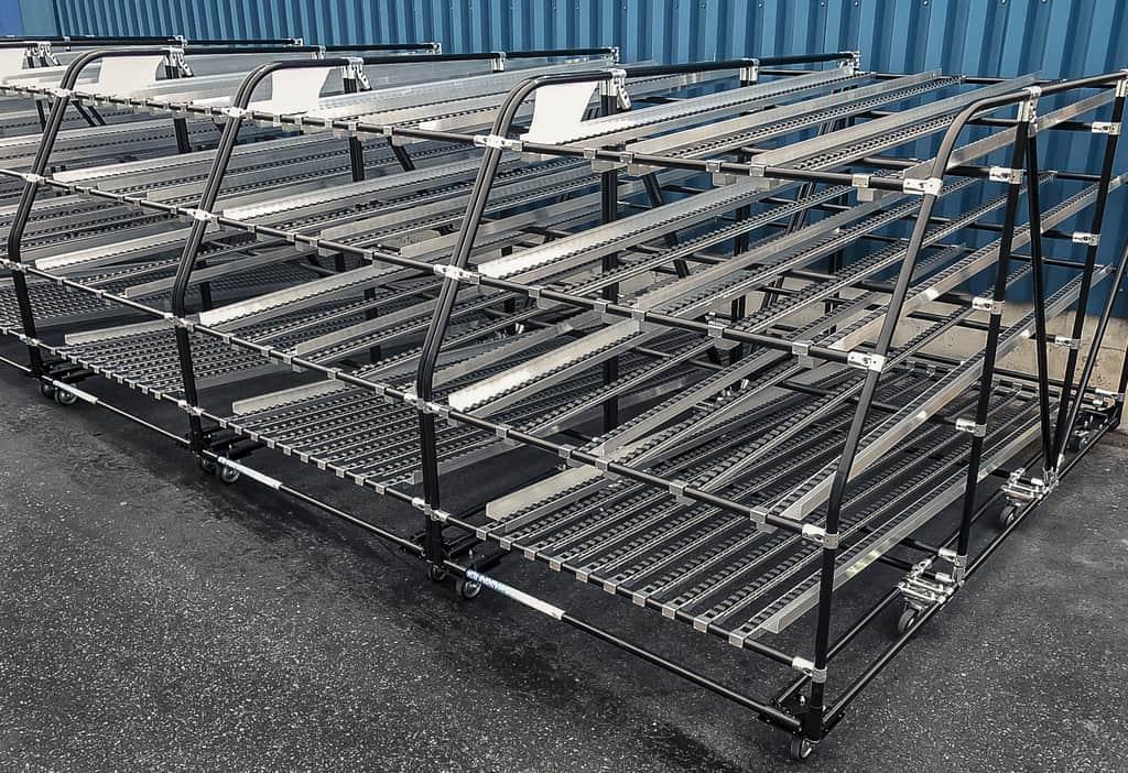 Široká škála gravitačných valčekových dopravníkov v kombinácii s upevňovacími spojmi, ktorú INDEVA® ponúka, umožňuje navrhovať riešenia prvý do skladu, prvý zo skladu pre spravovanie zásob.
