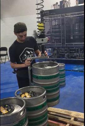 elektronický manipulátor INDEVA na manipuláciu s pivnými sudmi, keďže neboli váhové