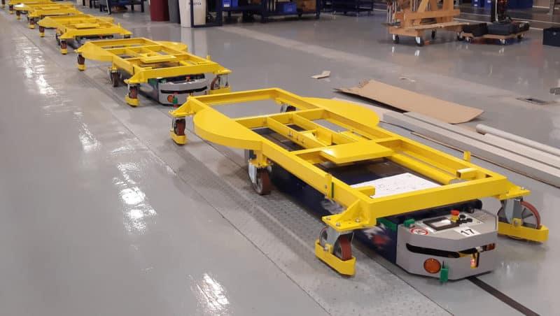 AGV si môže vybrať medzi jednou baliacou stanicou alebo inou baliarňou v závislosti od typu prepravovaného stroja.