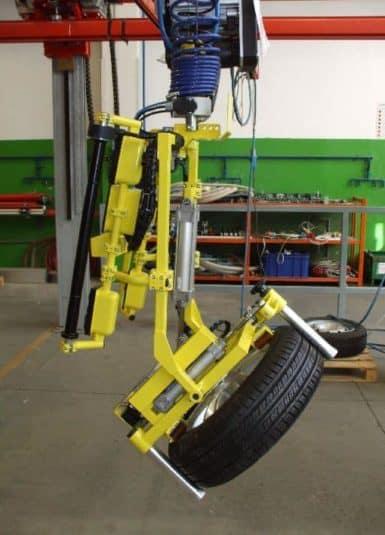 Systémy INDEVA sa používajú pri manipulácii s pneumatikami s rôznymi pozitívnymi dôsledkami. Vďaka svojej štíhlej a kompaktnej štruktúre sú pohyby na horizontálnej osi rýchle a plynulé, pričom zaťaženie je veľmi presné. Použitie manipulátorov INDEVA uľahčuje pohyb bremien.