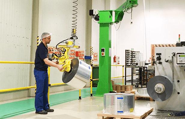 Priemyselné manipulátory pre manipuláciu s výrobkami rôznych veľkostí v celkovej ergonómii a bezpečnosti
